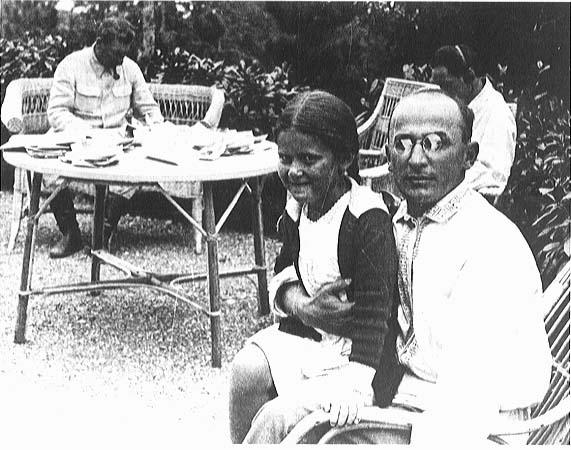 **Лаврентиј Берија** (1899—1953), совјетки државник, држи у крилу Стаљинову ћерку **Светлану**; у позадини су **Нестор Лакоба** (непосредно десно од Берије) а за столом седи **Јосиф Стаљин**.