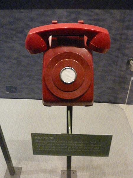 **Црвени телефон** из времена мандата америчког председника **Џимија Картера** (рођен 1924; председник САД 1977—1981)