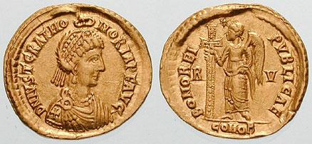 Августа Хонорија приказана на аверсу новца кованог у Равени у њену част 425. или 426. године. Иако је у стварности била девојчица од неких осам година, августа је приказана као одрасла особа. Портрет је клишеизирана предствава царице са почетка 5. века без личних карактеристика саме Хонорије.