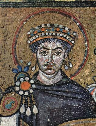"""**Јустинијан I**, детаљ мозаика """"Цар Јустинијан и његова свита"""" у цркви Сан Витале у Равени (547)."""