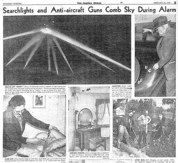 Слика из Лос Анђелес Тајмса од 26. фебруара 1942. године, која приказује рефлекторе противваздушне одбране, као и људе који показују последице тог напада: штету коју су направили парчићи пројектила противваздушне одбране.