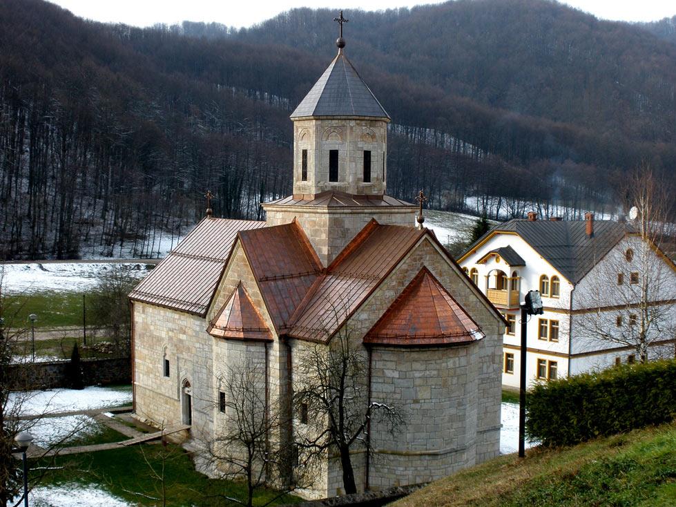 Манастир Моштаница. На слици се види и конак изграђен 1972. године. Реновиран је и проширен 2005.