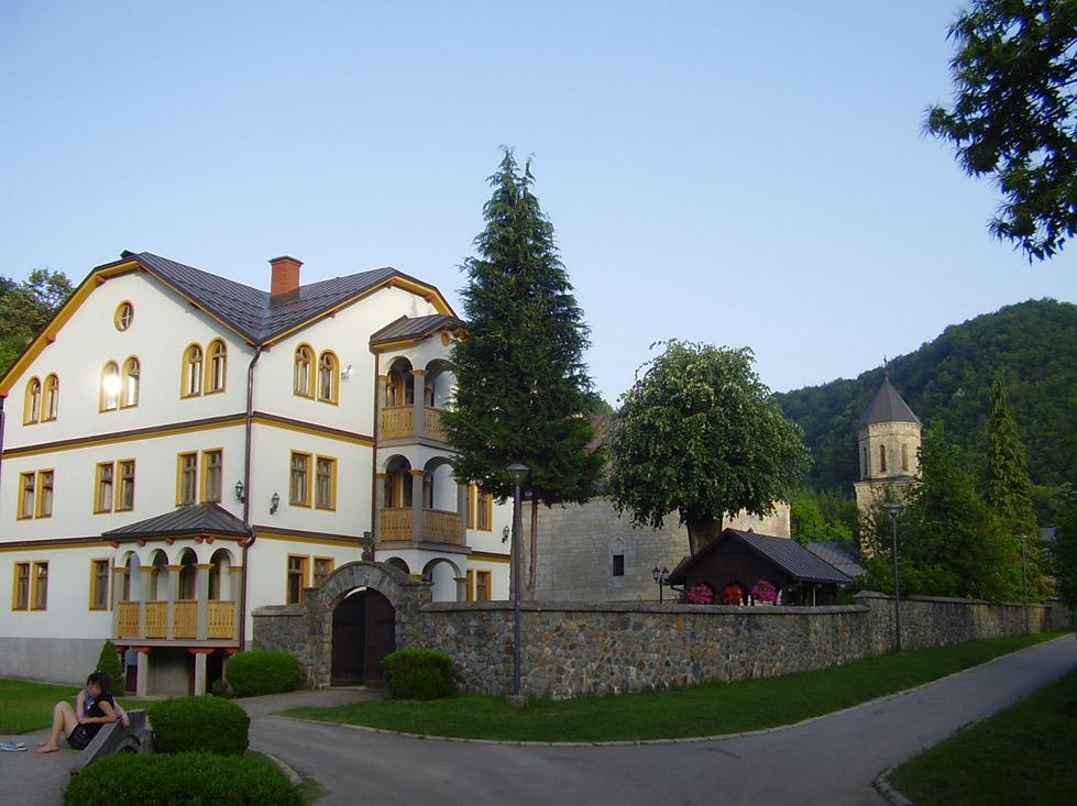 Конак изграђен 1972. године у оквиру манастирског комплекса. Реновиран је и проширен 2005. Иза конака се може видјети капела манастира са звоником, изграђена 2002. године.