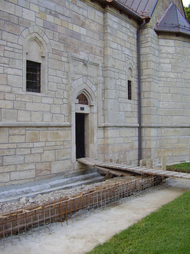 Улаз у манастир. Радови на обнови и ојачању темеља манастира су тренутно у току.