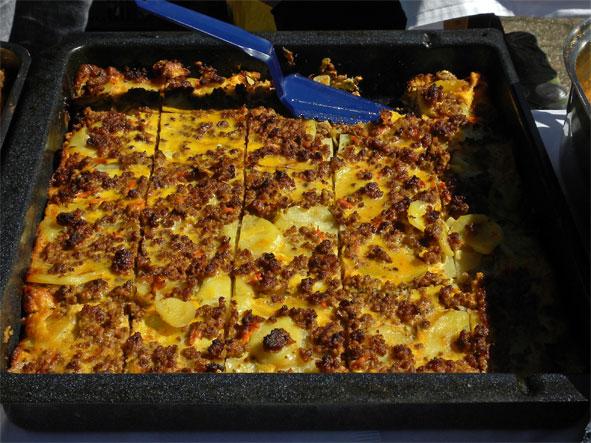Мусака. За разлику од грчке, која се прави од патлиџана, српска мусака се прави од кромпира.