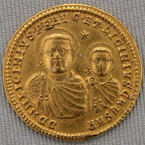 **Лициније и његов син, Лициније Млађи**. Новчић је искован у Никомедији, 320. године. Тежак је 21 грам. Данас се налази у Кабинету медаља у Националној библиотеци Француске у Паризу. Оба цара су приказана са ореолима што симболизује божанску заштиту. Лициније је коначно побеђен 324. Принуђен је да се одрекне царске власти и интерниран је у Солун где је на крају погубљен 325. године. Ни Константинов сестрић Лициније Млађи није био поштеђен.