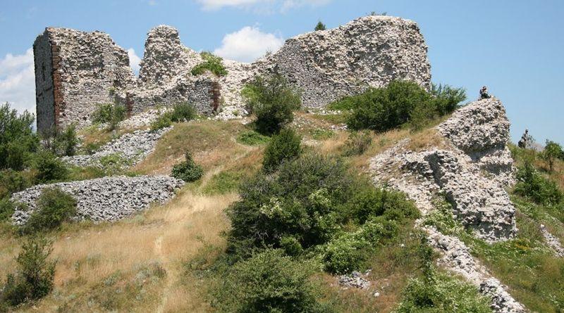 Остаци **Новог Брда**, кључног рударског центра средњовековне Србије.