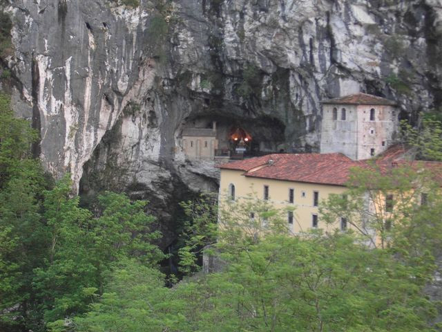 Пећина у којој се крио Пелајо са својим ратницима