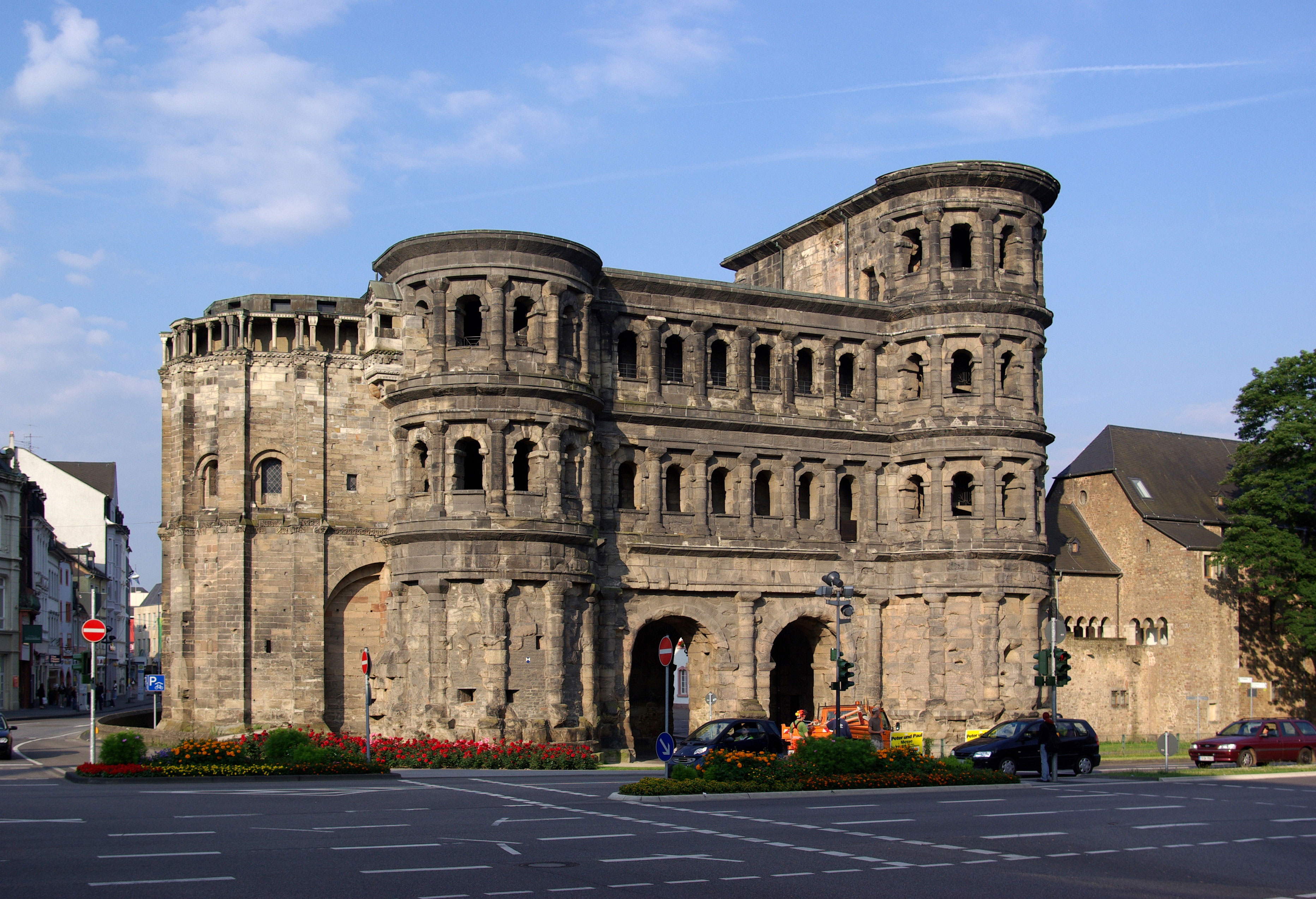 Црна капија (Porta Nigra), изграђена око 200. године. као капија римског града Августа Треверорум (данас Трир у Немачкој). Град је био главна резиденција Констанција Хлора, а затим и Константина пре 312. године.