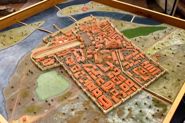Сирмијум, модел римског града из визиторског центра //Царска палата// у Сремској Митровици. Сирмијум је у доба тетрарха био једна од владарских резиденција. У њему су, са прекидима, боравили Диоклецијан (290—294), вероватно Галерије (293?), Лициније (316) и Константин (317—324). Неколико царева рођено је у Сирмијуму или његовој околини. У околини града рођен је око 250. цар Максимијан, Константинов таст, а у градској царској палати Констанције II, средњи син Константина и Фаусте, 317. године.